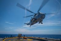 ニュース画像 2枚目:ウィニペグ甲板でホバリングするシーキング