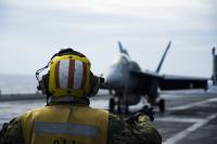 ニュース画像 3枚目:イーグルスF/A-18Eの発着準備