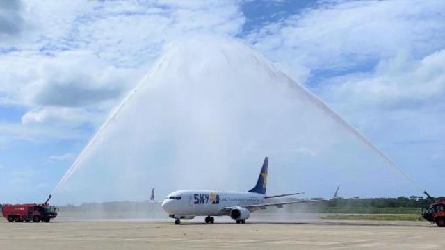 ニュース画像 1枚目:下地島空港に到着したスカイマーク