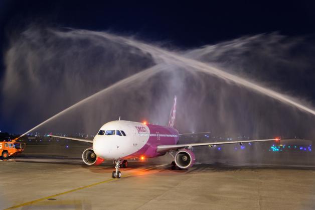 ニュース画像 1枚目:ピーチの初便 宮崎空港で歓迎を受ける