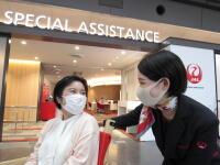 ニュース画像:JALとANA、手伝い必要な旅客接遇 コロナ考慮した統一ガイドライン