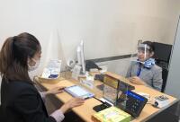 ニュース画像 6枚目:聴覚障がい者との対応時には口元が見えるフェイスカバーを着用
