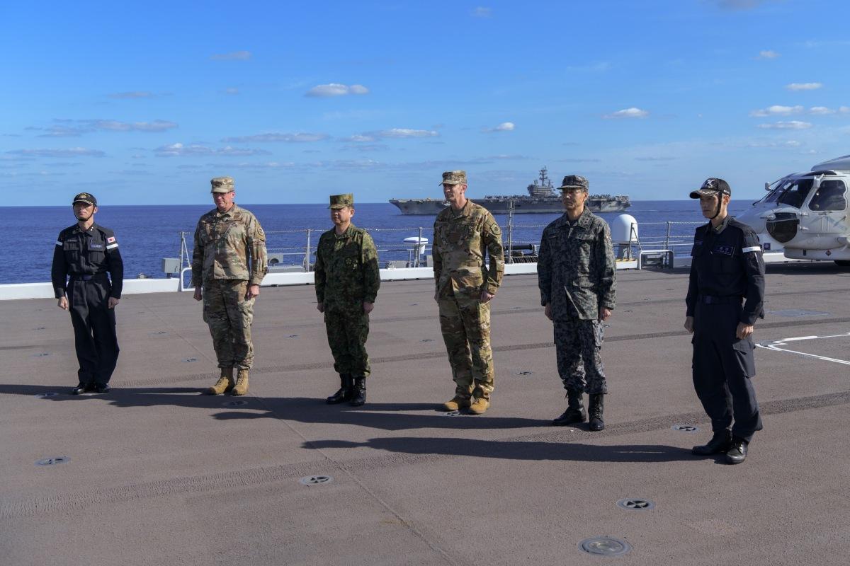 ニュース画像 4枚目:かが甲板で山崎統合幕僚長とシュナイダー在日米軍司令官など記念撮影