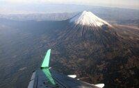 ニュース画像 2枚目:機内から見える富士山