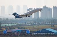 ニュース画像 3枚目:エアショーで展示飛行するARJ21