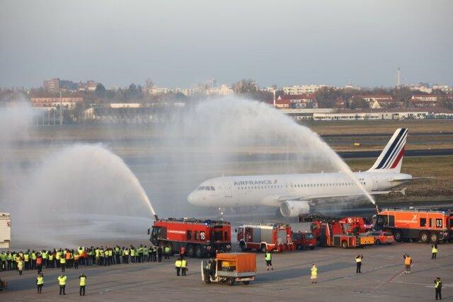 ニュース画像 1枚目:テーゲル空港でエールフランス最終便をウォーターキャノンで送り出し