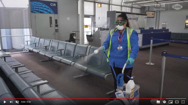 ニュース画像 1枚目:クロロックス「トータル360システム」でターミナル内を除菌する様子
