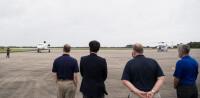 ニュース画像:野口宇宙飛行士、ファルコン9打ち上げ前にファルコン900搭乗