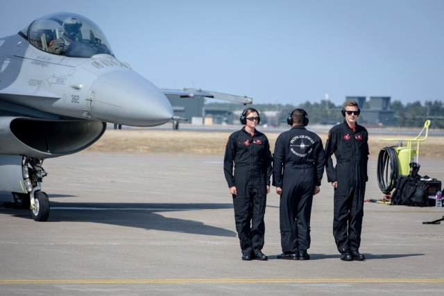 ニュース画像 1枚目:太平洋航空団(PACAF)所属 F-16アクロバット飛行チーム