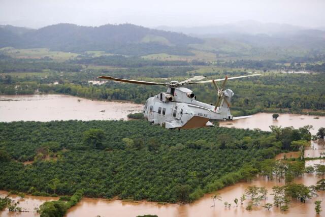 ニュース画像 1枚目:被災地上空を飛行するマリーン