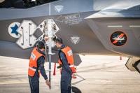 ニュース画像 5枚目:到着機を確認するIAF隊員