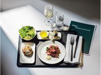 SWISS、上級クラス機内食で牛肉アントルコートのタタキなど提供の画像
