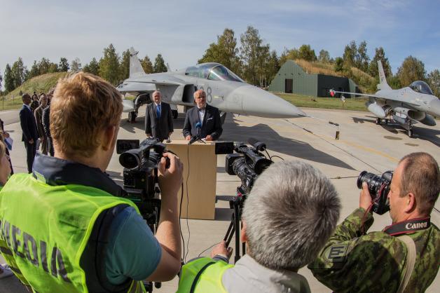 ニュース画像 1枚目:ハンガリーのグリペンとノルウェーのF-16の前でスピーチするリトアニア国防相