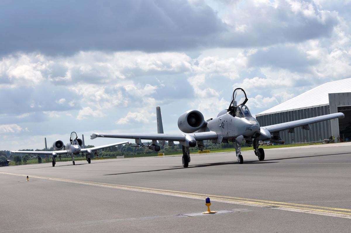 ニュース画像 1枚目:史上初、ラトビアに着陸したアメリカ空軍戦術戦闘機のA-10 2機