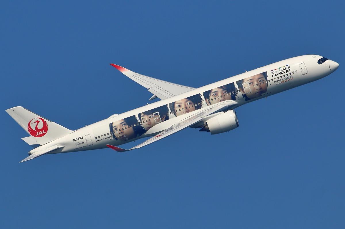 ニュース画像 8枚目:「嵐ジェット ありがとう『20th ARASHI THANKS JET』」 JA04XJ  エアバスA350-900型機  右面に描かれた昔の「嵐」 (takaRJNSさん撮影)