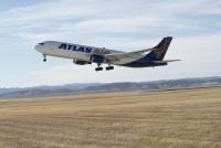 ニュース画像 3枚目:エルスワース空軍基地を離陸するアトラス航空の767