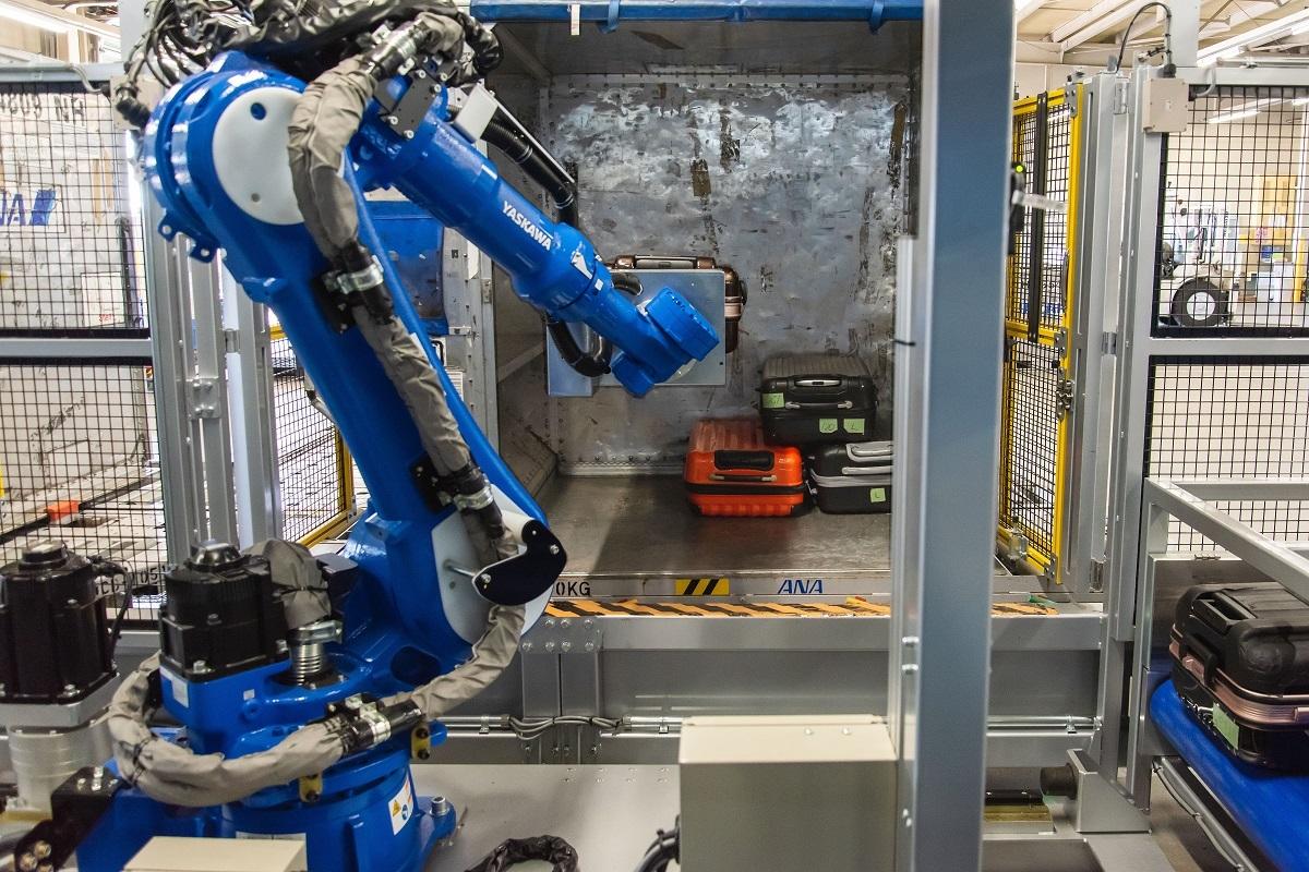 ニュース画像 1枚目:ANAと豊田自動織機が共同開発した手荷物積み付けロボット