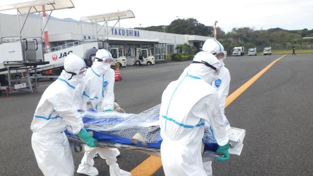 ニュース画像 1枚目:屋久島空港での患者搭載