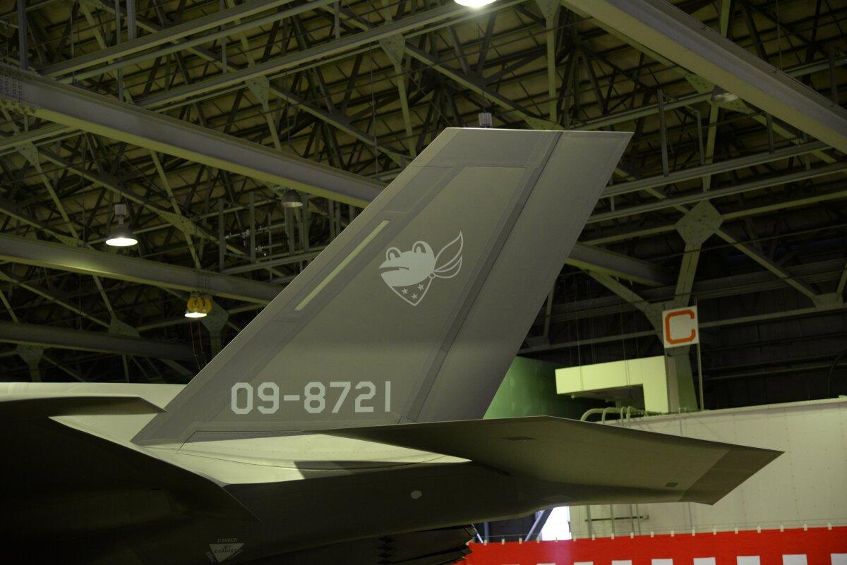 ニュース画像 1枚目:部隊マーク「カエル」が施されているF-35Aの尾翼
