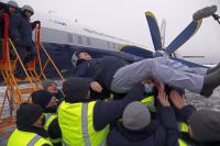 ニュース画像 5枚目:初飛行の成功を祝いパイロットを胴上げ