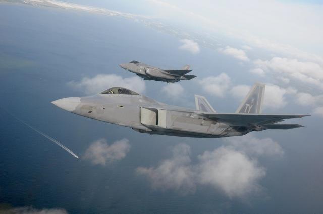 ニュース画像 1枚目:ロッキード・マーティンが開発した第5世代ジェット戦闘機、F-22ラプターとF-35ライトニングII