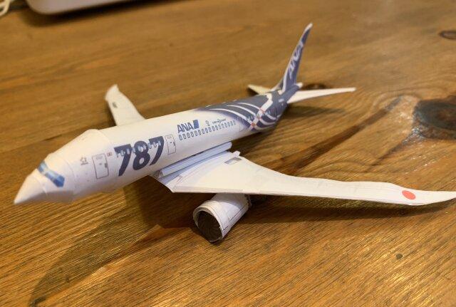 ニュース画像 1枚目:FlyTeamスタッフが制作したANAの紙飛行機「ボーイング787-8」