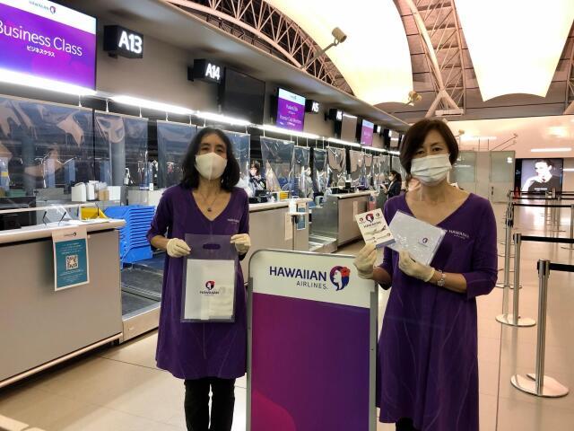 ニュース画像 1枚目:運航を再開した関西/ホノルル線 初便搭乗者にプレゼントされたロゴ入りパスポートケース