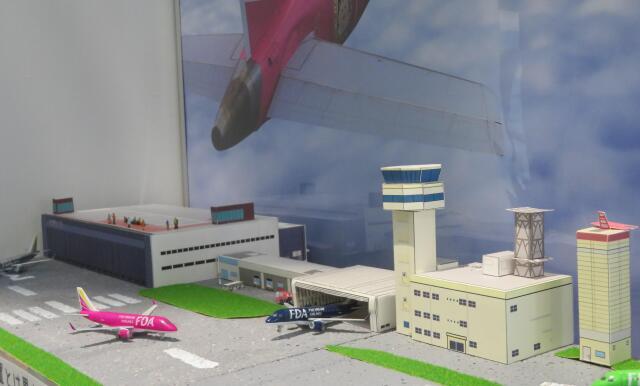 ニュース画像 1枚目:ペーパークラフトで作られた小牧管制塔とあいち航空ミュージアム