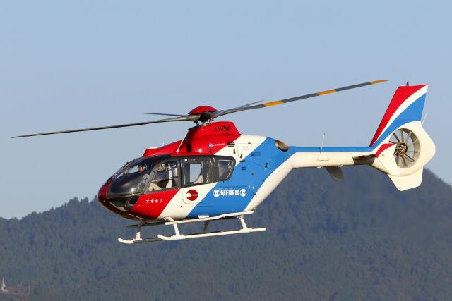 ニュース画像 1枚目:毎日新聞社が保有するユーロコプターEC135T1(mocohide☆さん撮影)