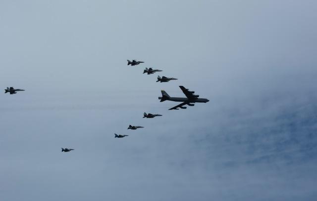 ニュース画像 1枚目:2020年のコープ・ノース、アンダーセン空軍基地上空での編隊飛行