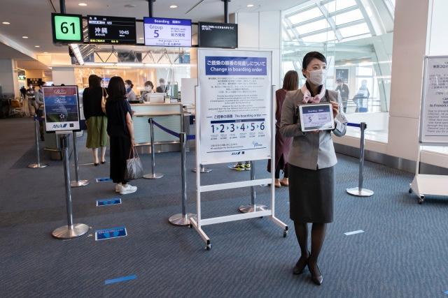 ニュース画像 1枚目:感染予防しながら接客するANAスタッフ