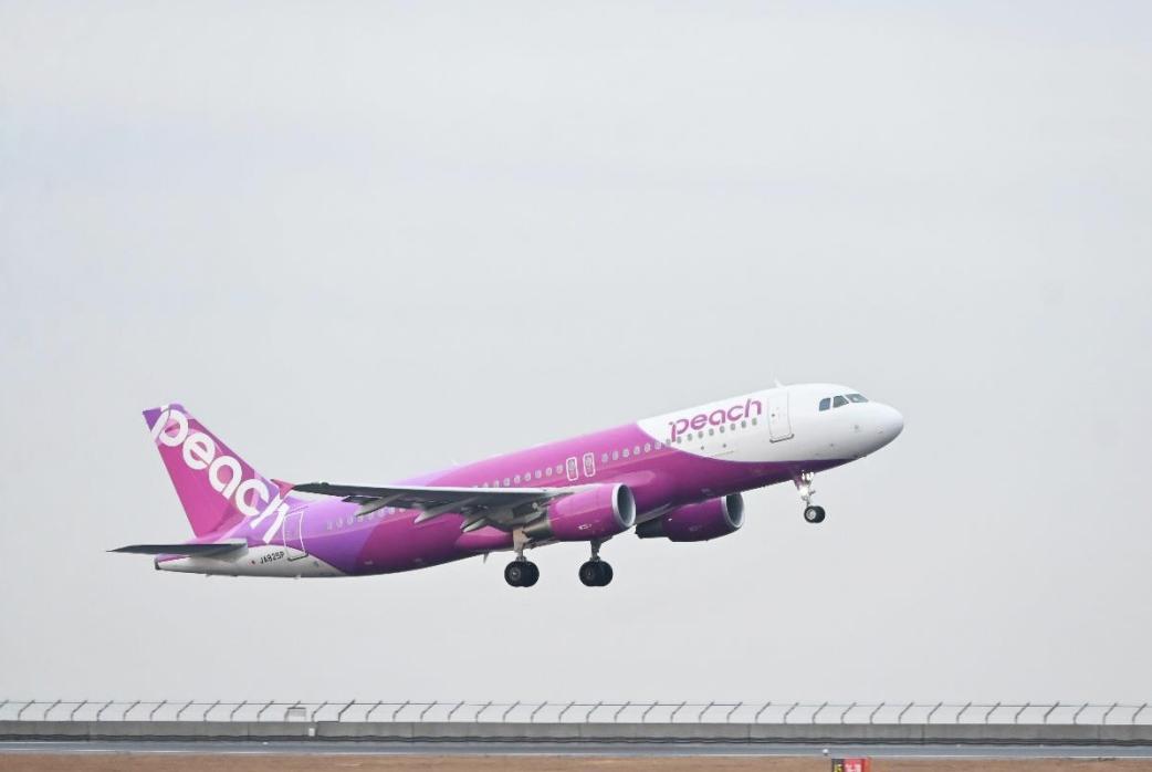 ニュース画像 1枚目:中部国際空港を離陸したMM487便の初便、JA825P