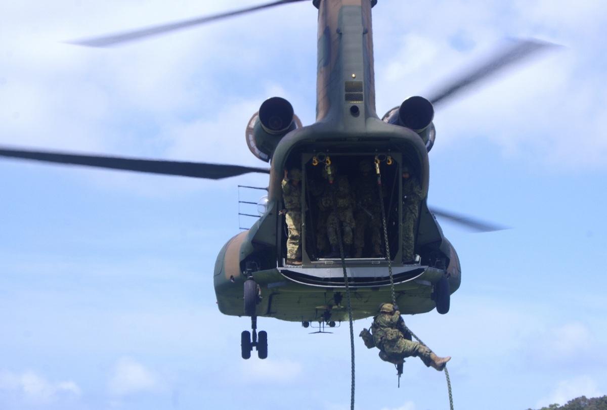 ニュース画像 1枚目:CH-47JA大型ヘリコプターの支援を受け、特殊卸下する水陸機動団