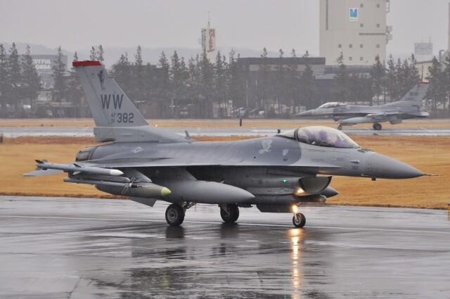ニュース画像 1枚目:横田基地に飛来したF-16 (デルタおA330さん撮影)