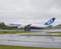 ニュース画像:日本貨物航空747-8F、成田着陸時に機体後部を損傷 JA13KZ