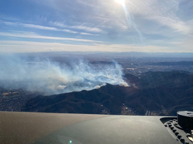 ニュース画像 1枚目:山林火災の様子