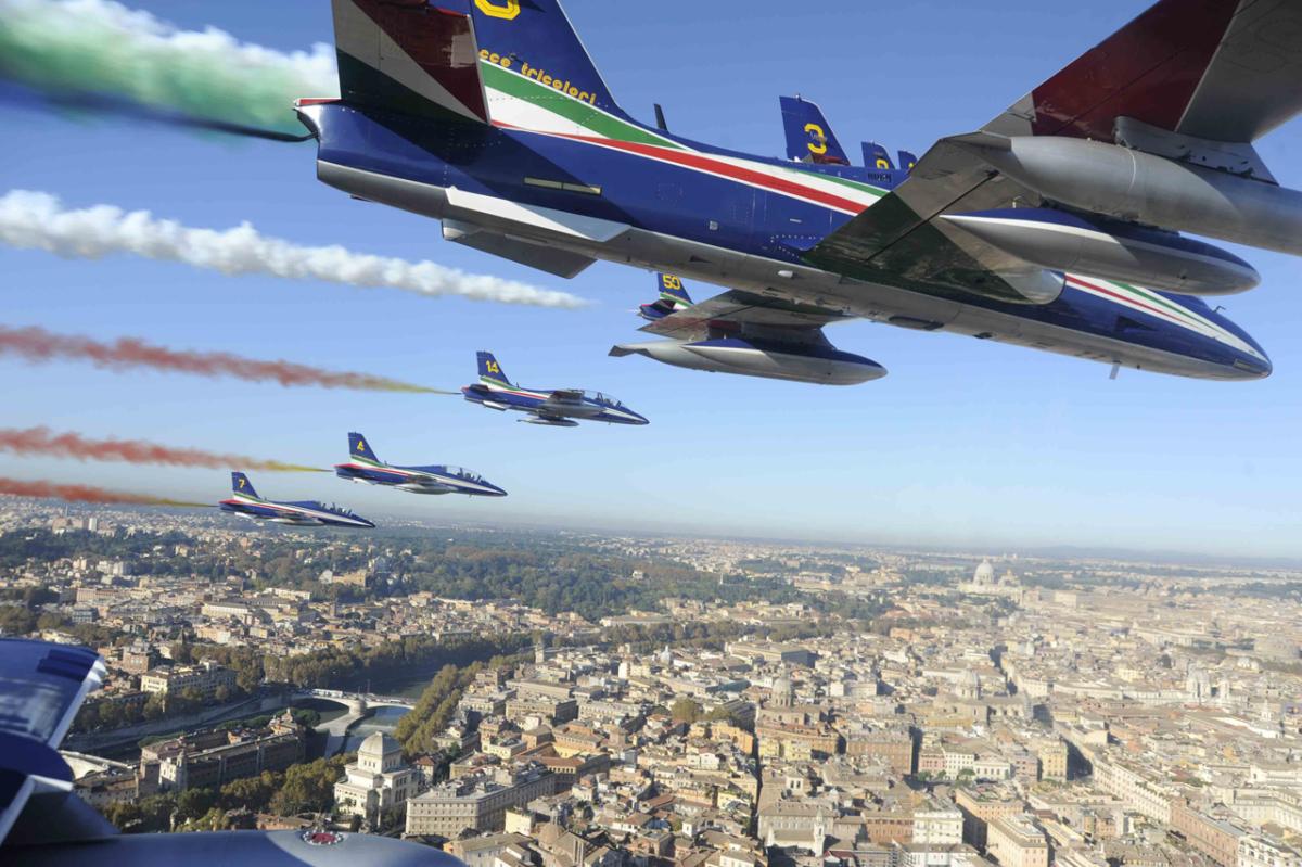 ニュース画像 1枚目:展示飛行するフレッチェ・トリコローリ