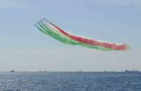ニュース画像 2枚目:赤、白、緑のスモークで大空にトリコロールを描く