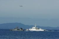 ニュース画像:海保と海自、不審船対処訓練 上空からヘリ支援
