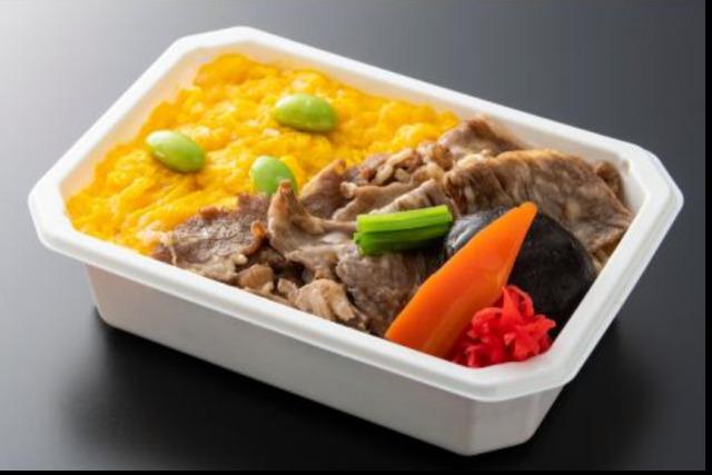 ニュース画像 1枚目:ANA国際線エコノミークラス機内食 メインデイッシュ「よくばり丼ぶりセット」に含まれる「牛丼」