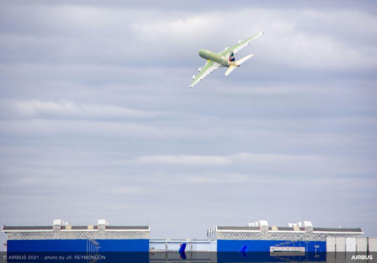 ニュース画像 1枚目:最終組み立て工場の上空を低空飛行して別れを告げるA380最終製造機