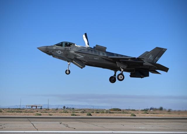 ニュース画像 1枚目:F-35B、機体尾部の排気ノズルが地上を向いている