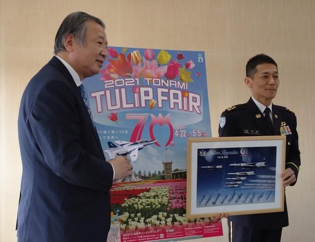 ニュース画像 1枚目:砺波チューリップフェアの展示飛行計画の発表席上で