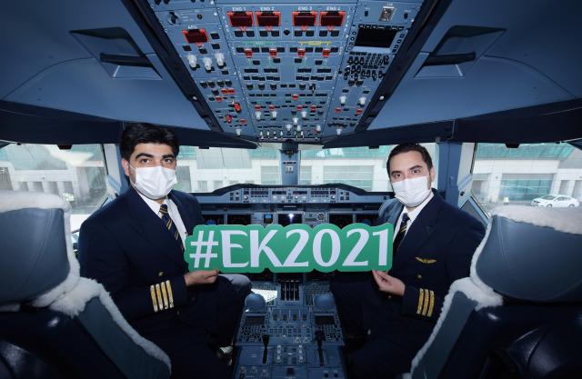 ニュース画像 1枚目:ワクチン接種済みスタッフ・搭乗者向けEK2021便を運航したエミレーツ航空パイロット