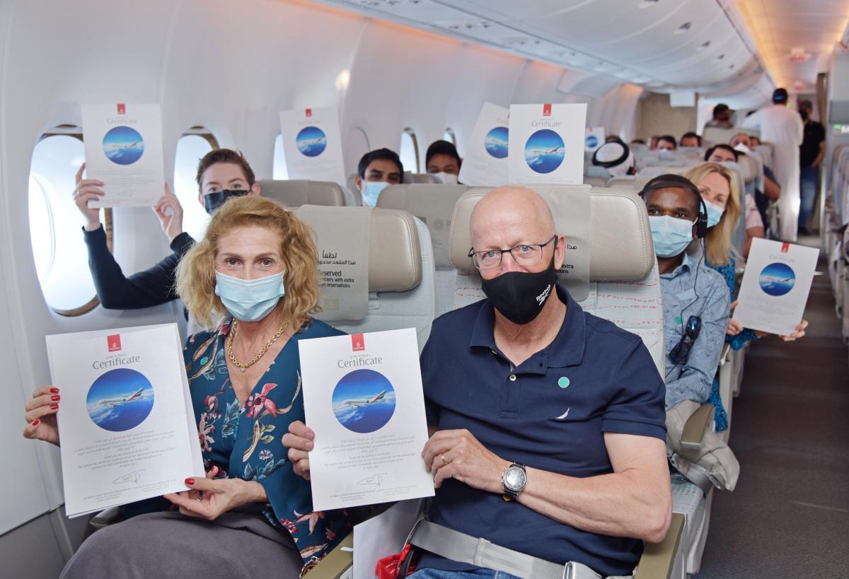 ニュース画像 1枚目:搭乗証明書がプレゼントされたEK2021便の搭乗者