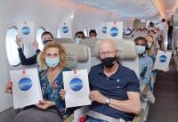 ニュース画像 3枚目:搭乗証明書がプレゼントされたEK2021便の搭乗者
