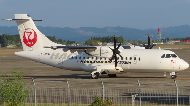 ニュース画像 1枚目:フェリーフライトで鹿児島に到着したHACのATR2号機(KT 327@KOJさん撮影)