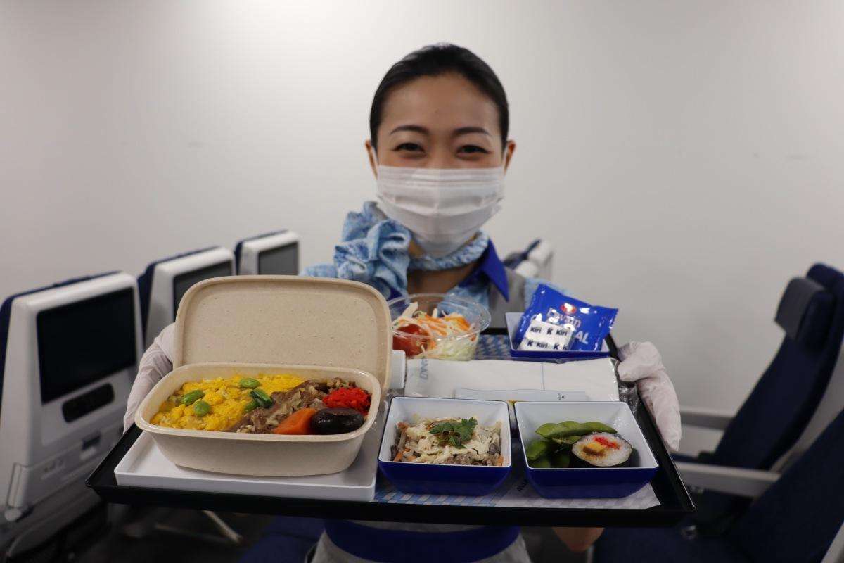 ニュース画像 1枚目:バガス素材を使用した機内食容器での提供イメージ