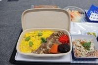 ニュース画像 7枚目:バガス素材を使用した機内食、黄色や赤・緑とそれぞれの食材の色が映える
