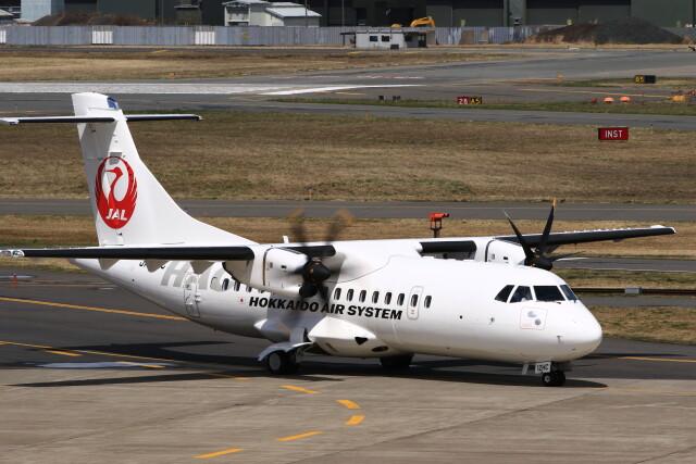 ニュース画像 1枚目:4月18日(日)に三沢空港で撮影された北海道エアシステムのATR42-600 2号機「JA12HC」(MH-38Rさん 撮影)
